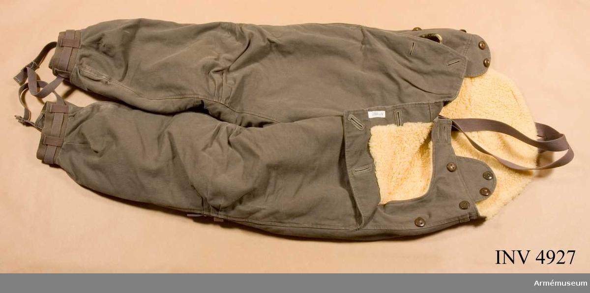 Stl 48. Gult nylonfoder i teddy. Hängslen och hög skärning bak. Fickor och åtdragningsremmar på benen.