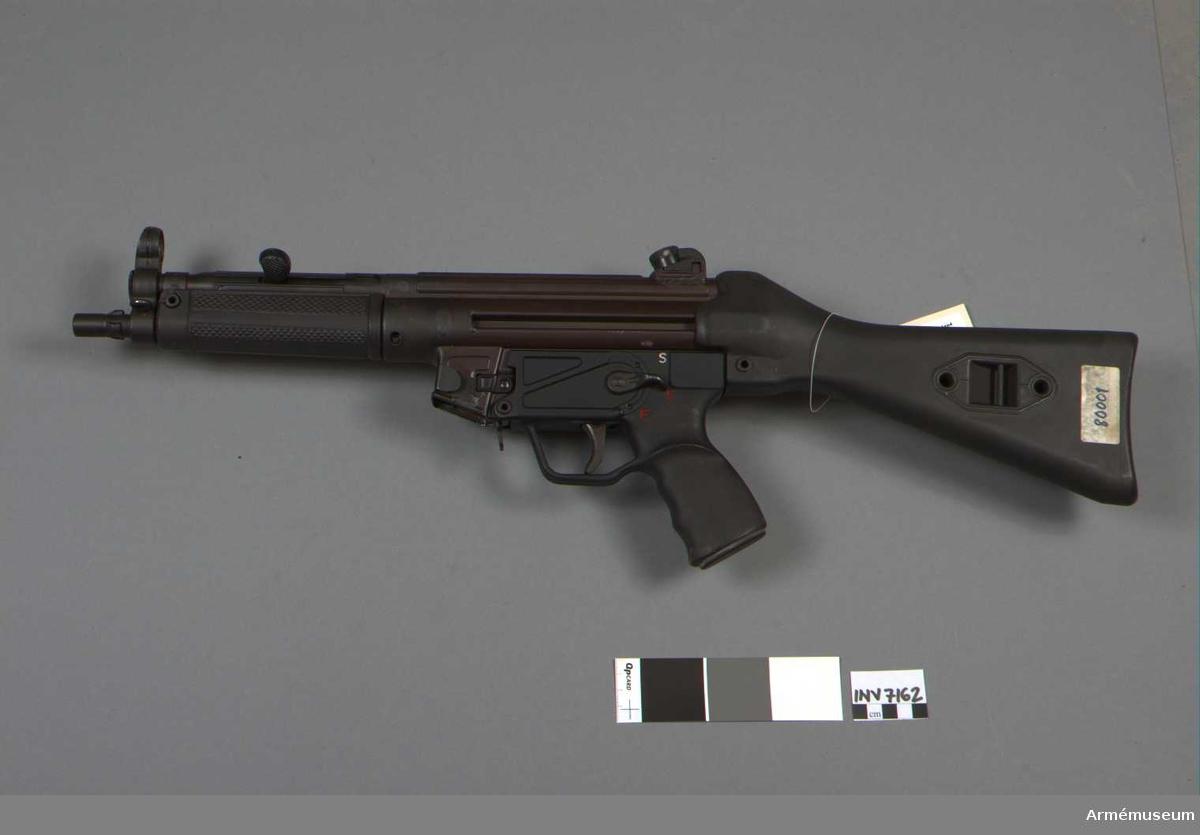 System G 3 = AK 4. Kaliber 9 mm x 19. Tillverkningsnr 80001. Märkt HK MP 5 Kal. 9 mm x 19 80001 12/66.