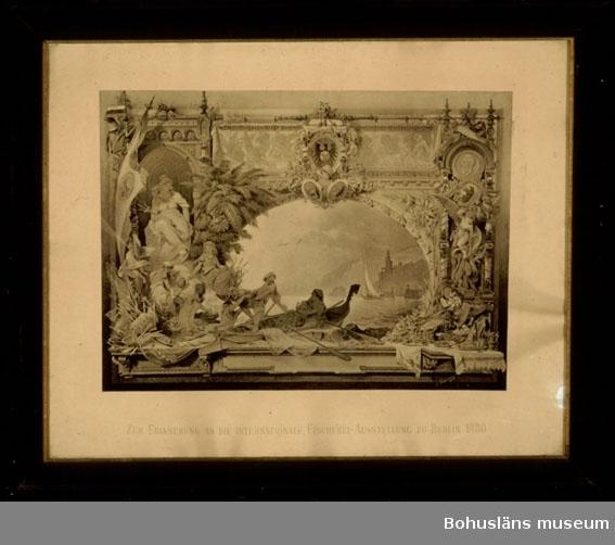 Ur handskrivna katalogen 1957-1958: Affisch, fiskeriutst. 1880 H: 58,5 cm. Br.: c:a 70,5 cm. Inramad (raminberäkn. i måtten) Mytologiskt-allegoriska gestalter. Oskadad.  Lappkatalog: 48