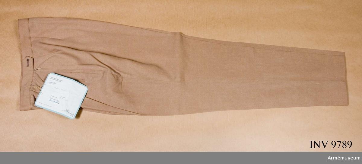 Kvinnlig modell. För tropikuniform. Har linning och två sidfickor. Knäppta i sidan med blixtlås.