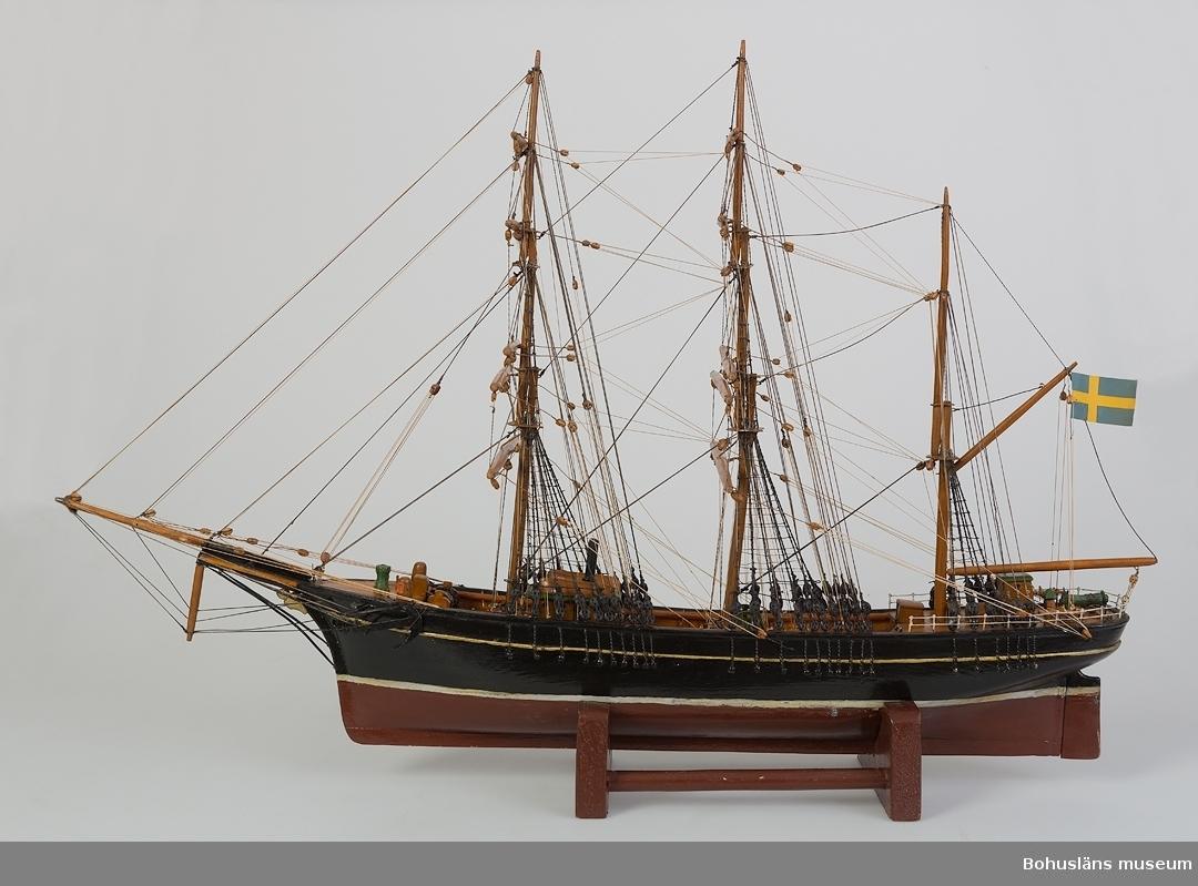 """594 Landskap BOHUSLÄN 503 Kön MAN 394 Landskap BOHUSLÄN  Skepp med tre master, svartmålat skrov, röd bottenfärg. I aktern sitter en svensk flagg. Skeppets namn """"Zaritza"""" är målat i aktern. Fartyget är från Sölvesborg.  Zaritza var Sveriges bästa bidevindare på 1880-talet.   Ur handskrivna katalogen 1957-1958: """"Zaritza"""" Modell. Kölens l: 56. Föremålet helt. Från kapten Olssons saml., Fiskebäckskil.  Originalet byggt 1854 i Portsmouth. Se Svenska Segelfartyg, nr. 7 okt. 1939, s. 97-100.  För ytterligare information om förvärvet, se UM5087."""