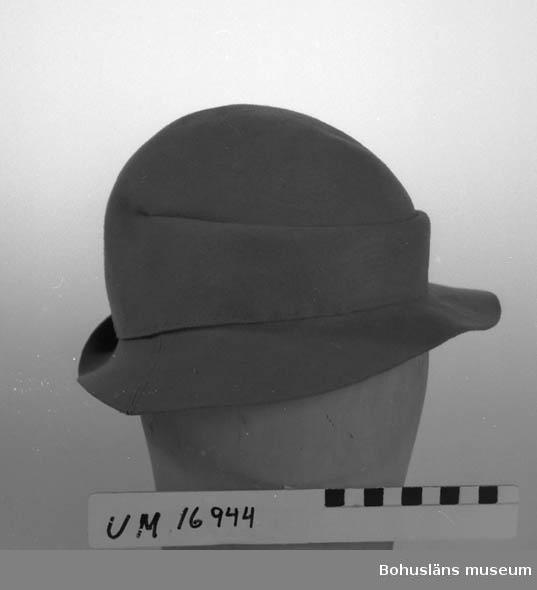 Hatt i gråbrun filt, smalt brätte, under arbete (ej färdig).  Se UM16935.