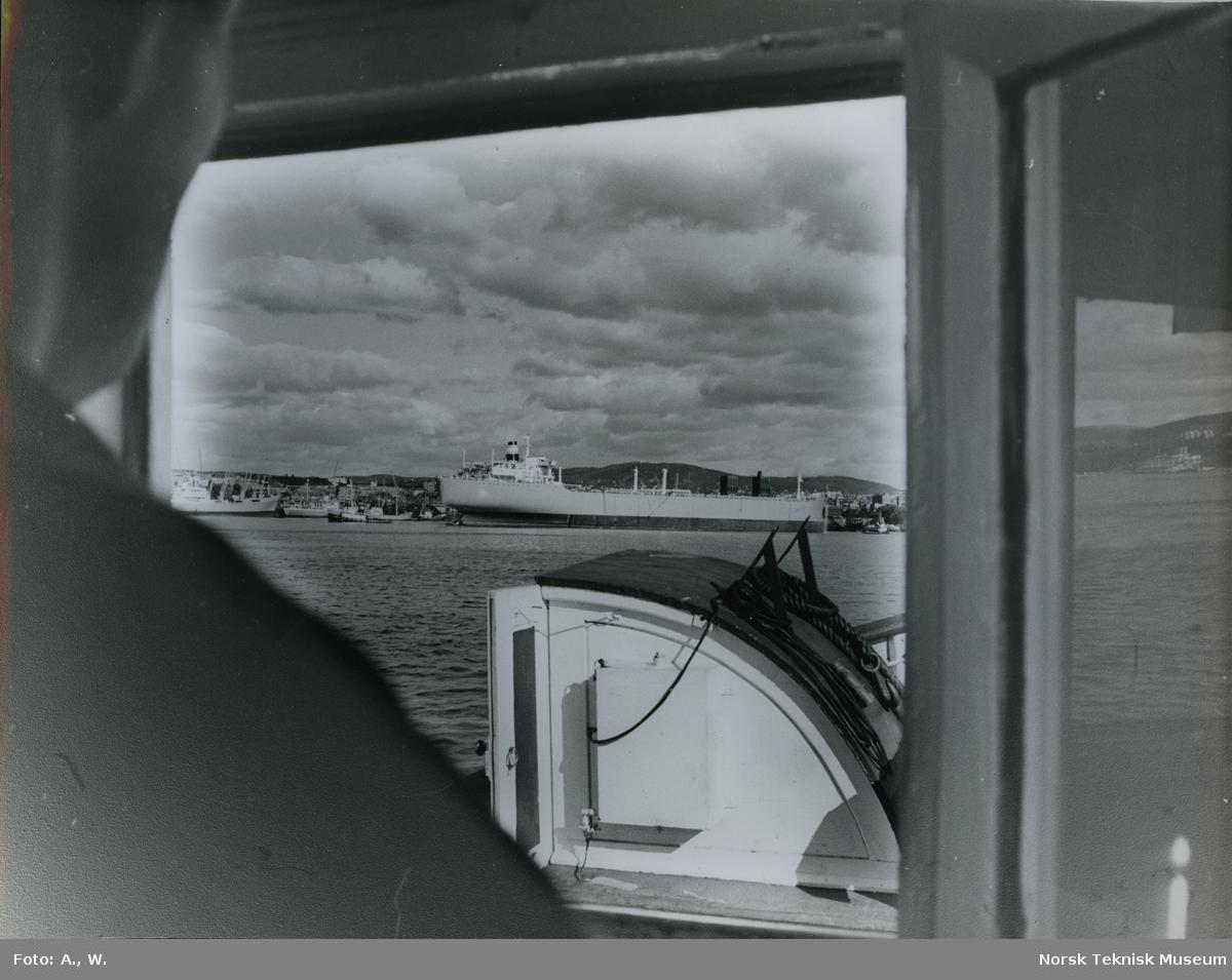 Tankeren M/S Julian, B/N 535 (Stords B/N 49) under utrustning på Akers Mek. Verksted sett fra et annen båt ute i Oslofjorden. M/S Julian ble levert av Akers Mek. Verksted og Stord Verft i september 1966 til Hilmar Reksten.