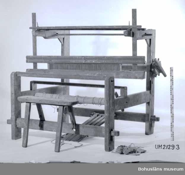 594 Landskap BOHUSLÄN  Brunmålad. Äldre vävstol än UM21292. (Vävsked på negativ tillhör ej vävstolens UM nr.). En bit ur varpbommens ena hjul.  UMFF 7:5