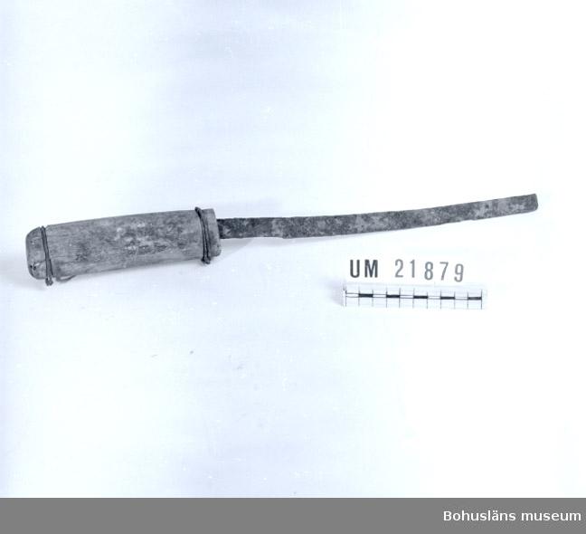 594 Landskap BOHUSLÄN  Knivbladet slitet, träskaftet surrat med ståltråd i båda ändar.  UMFF 59:6