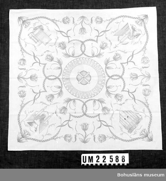 594 Landskap BOHUSLÄN  Beige, tryckt flerfärgsmönster i form av blommor, blad och byggnader. I mitten fabriksmärke. Bristningar och hål på flera ställen.  UMFF 122:12