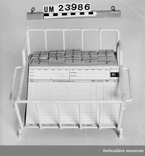 432 Material 1 *STÄNGER 594 Landskap BOHUSLÄN  Kartotekställ för kundregister. Föremål från Brorssons Damfrisering i Kungshamn, se UM023941.