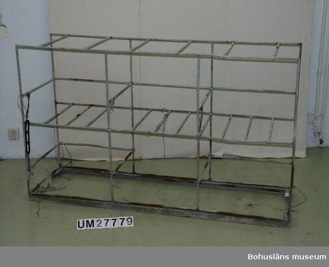 Föremålet visas i basutställningen Kustland,  Bohusläns museum, Uddevalla.  Backetällning  av rundjärn med  tre backor, (se UM27777:1-3) placerade i var sin balja (se UM27778:1-3). I ställningen finns plats för sex baljor med backor.  Backeställningen stod utefter relingen på däck. I ställen placerades de färdig-agnade backorna i sina baljor. Baljorna hölls på plats genom att gummiförstärkta band hakades fast framför öppningen så att baljorna stod på plats och inte kunde rulla ut på däck vid sjöhävning.   Ställningen och övrigt material är insamlade från Klas Berntsson i Grundsund och är använt på långafiske ombord på LL Sandö 158 under åren 1972 - 1992. För ytterligare upplysningar om förvärvet, se UM27777.