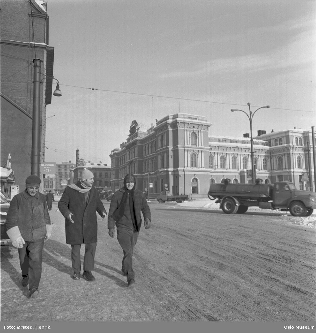 gate, snø, menn3 på vei til arbeidet, luer, skjerf, tankbil, Østbanestasjonen, fasade sjøside
