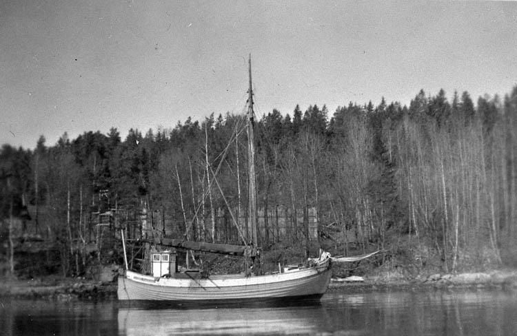 """Enl. tidigare noteringar: """"Fraktjakten """"Ragnhild"""" vid Hövik våren 1947.  Repro 1985 av foto tillhörande Kjell Jacobsson, Uddevalla""""."""
