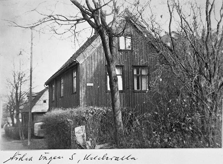 """Text på kortet: """"Södra vägen 5, Uddevalla""""."""