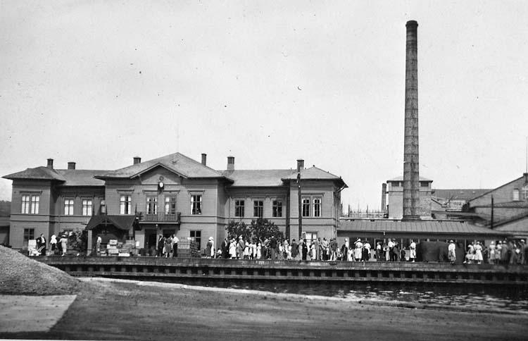 """Enligt notering: """"Uddevalla, Skeppsbron framför hamnbanestationen 14.8.1938""""."""