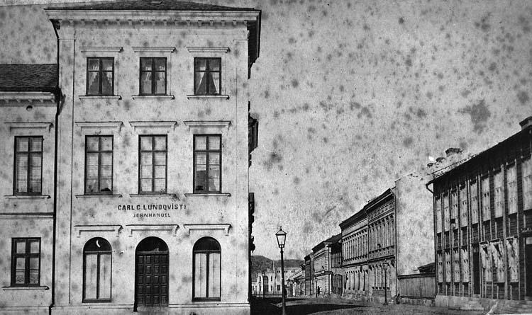 """Enligt notering: """"Uddevalla. Kungsgatan västerut från torget. 1860-talet""""."""