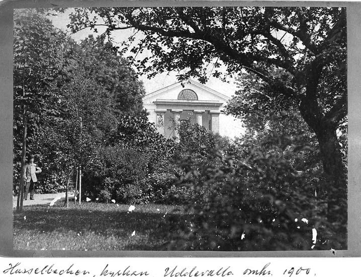 """Text på kortet: """"Hasselbacken, kyrkan Uddevalla omkr. 1900""""."""