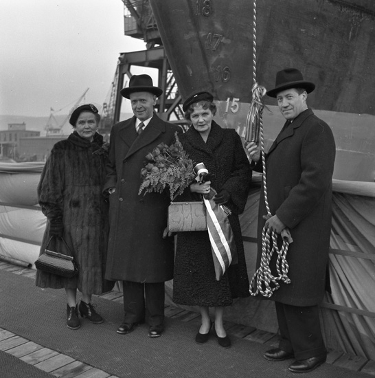 Dop och sjösättning av fartyget 131 M/T Bellami. Kvinnan med blombuketten är fartygets gudmor och till höger om henne står varvets VD Helge Hagelin.