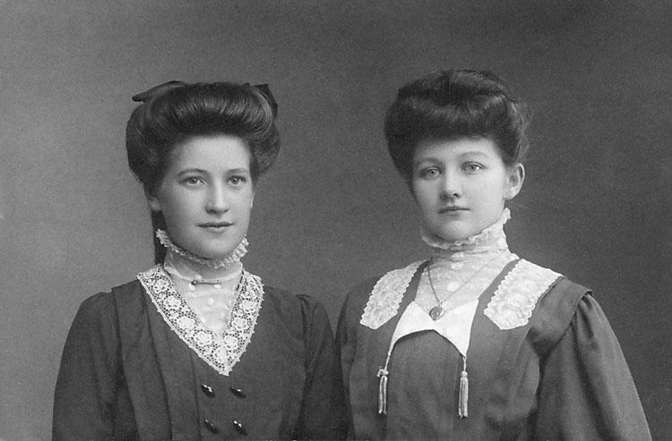 """Stämpel på framsidan: """"Atelier Svea, Karlshamn."""" Inpräglar på fotot: """"1909."""""""