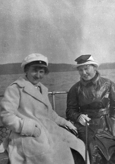 """Enligt noteringar: """"Elsa Hauge och ego på väg till Visingsö, 1918."""""""