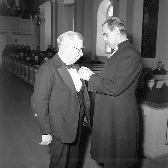 """Enligt notering: """"Per Svensson """"Organist"""", får medalj i Forshälla kyrka 27-3-55""""."""