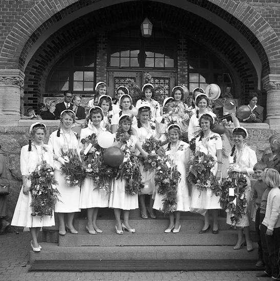 """Enligt notering: """"Flickskolan avslutning maj 1957""""."""