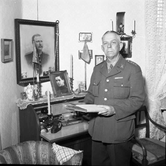 """Enligt notering: """"Löjtnant avgår 29/4 -58""""."""