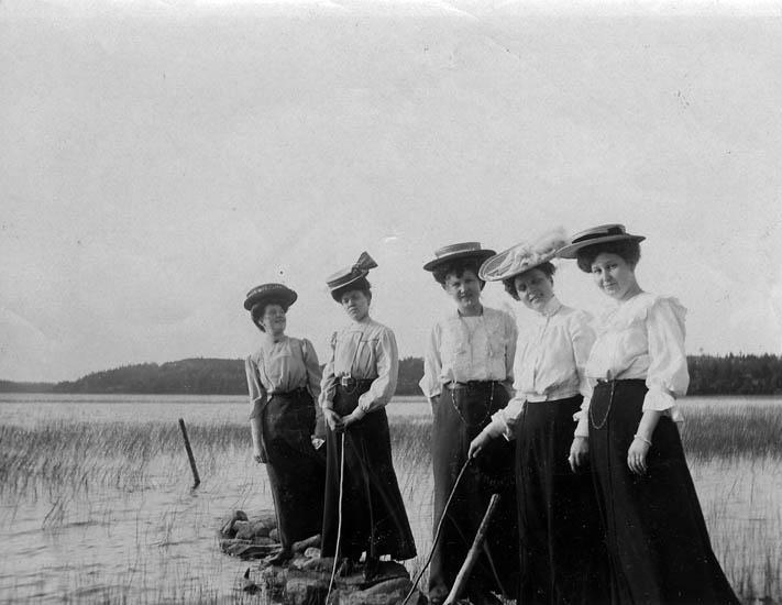 """Text på fotot: """"Mamma Axelina Håkansson, andra kvinnan från höger""""."""