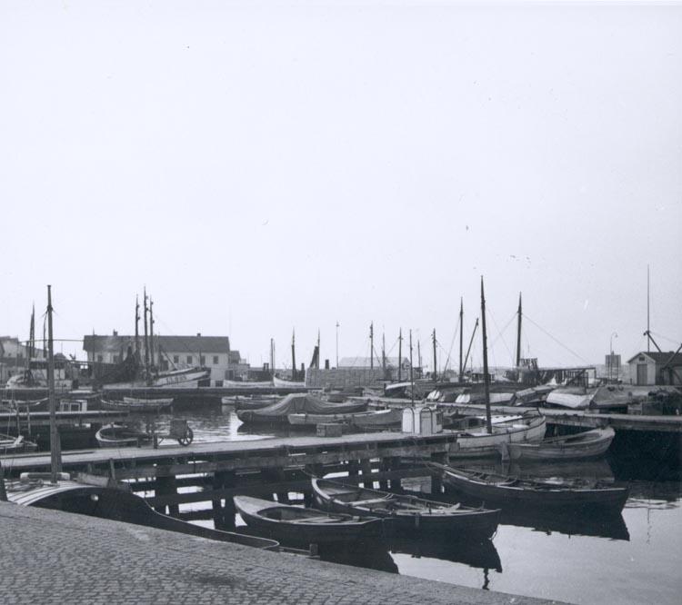 """Noterat på kortet: """"Gravarne Hamnbild ca. 1950. I bakgrunden AB Bröderna Kristianssons konservfabrik""""."""