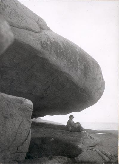 """Noterat på kortet: """"SMÖGEN"""". """"KLIPPFORMATION PÅ KLEVEN, SMÖGEN"""". """"FOTO (E41) DAN SAMUELSON 1925. KÖPT AV DENS. DEC. 1958""""."""