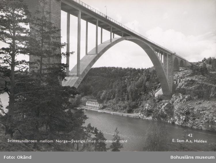 """Tryckt text på kortet: """"Svinesundbroen mellom Norge- Sverige med Svinesund gård"""". """"E. Sem A.s, Halden""""."""