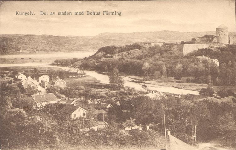 """Tryckt text på kortet: """"Kungelv - Del av staden med Bohus Fästning"""". """"Förlag: P. G. Bergh, Kungelv""""."""