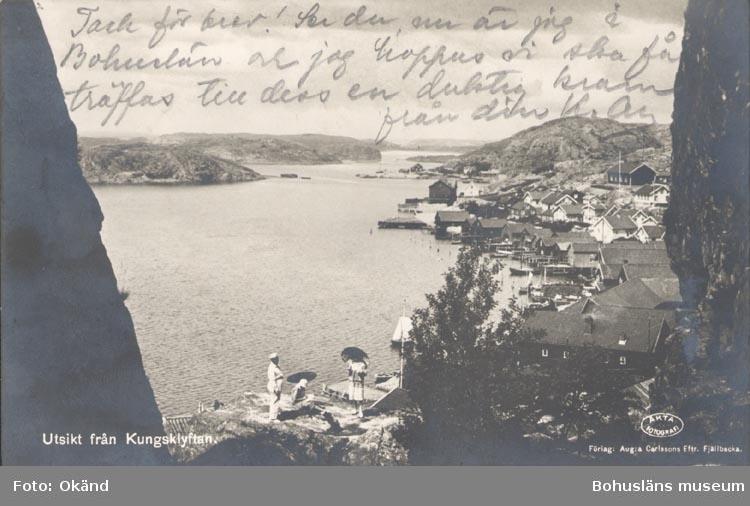 """Tryckt text på kortet: """"Utsikt från Kungsklyftan"""". """"Förlag: Aug:a Carlssons Efttr. Fjällbacka""""."""