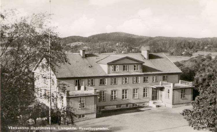 """Tryckt text på kortet: """"Västkustens Ungdomsskola, Ljungskile. Huvudbyggnaden""""."""