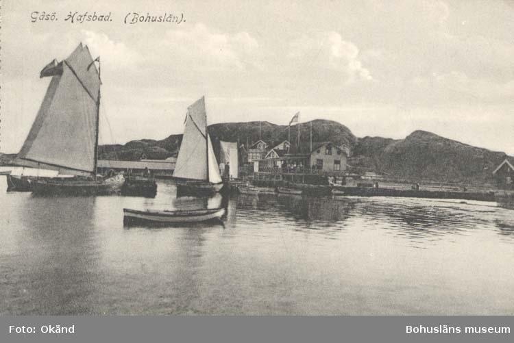 """Tryckt text på kortet:.""""Gåsö. Hafsbad. (Bohuslän). """"Förlag: Erika Olsson, Gåsö. Nr. 18957."""""""
