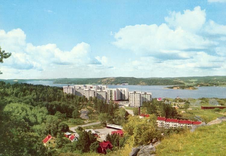 """Tryckt text på kortet: """"Uddevalla. Höghusen Bohusgården med Byfjorden i bakgrunden."""" """"Förlag: Firma H. Lindenhag, Göteborg."""""""