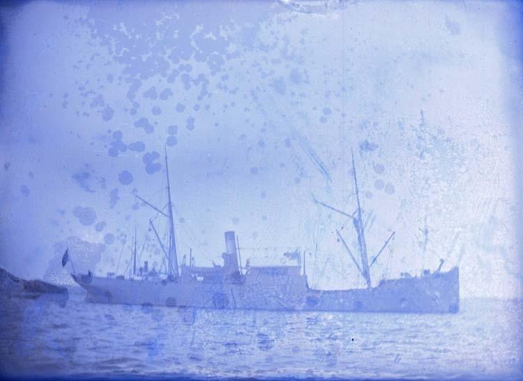 """Enligt text som medföljde bilden: """"Lysekil, Ångaren Wirgo på Gamla Hamnen 1898."""""""