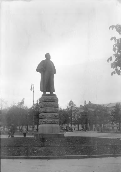 """Enligt text som medföljde bilden: """"Christiania. Björnstjerne Björnsons Staty 26/9-5/10 04."""" (Oslo)."""
