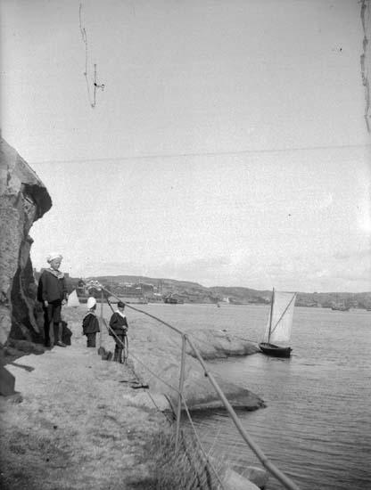 """Enligt text som medföljde bilden: """"Strandvägen Lysekil, Släggö, 3 sept 1899  Hugo Hallgren""""."""