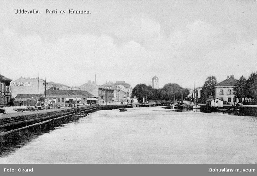 """Tryckt text på kortets framsida: """"Uddevalla, Parti av Hamnen"""".  ::"""