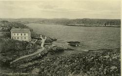 """Text på kortet: """"Marstrand. Södra Strandpromenaden""""."""
