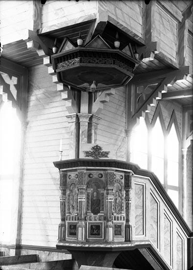"""Enligt fotografens anteckningar: """"1933, 22. Predikstolen i Hede kyrka Bohuslän""""."""