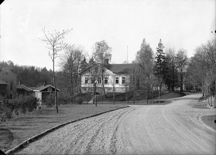 """Enligt fotografens anteckningar: """"1930. Kontoret vid porten till fabriken""""."""