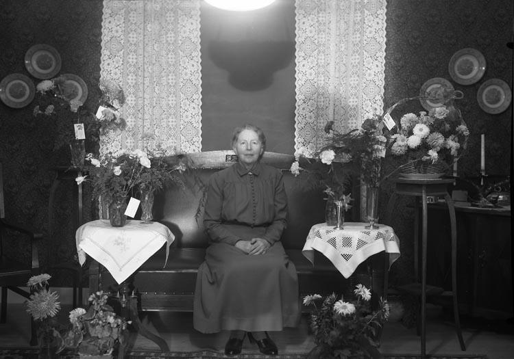 """Text som medföljde bilden: """"1953. No. 32. Fröken Anna Karlsson, Karlsberg.""""  Uppgifter från Munkedals HBF: """"Anna var syster till handlande och kyrkokassören Hjalmar Karlsson."""""""