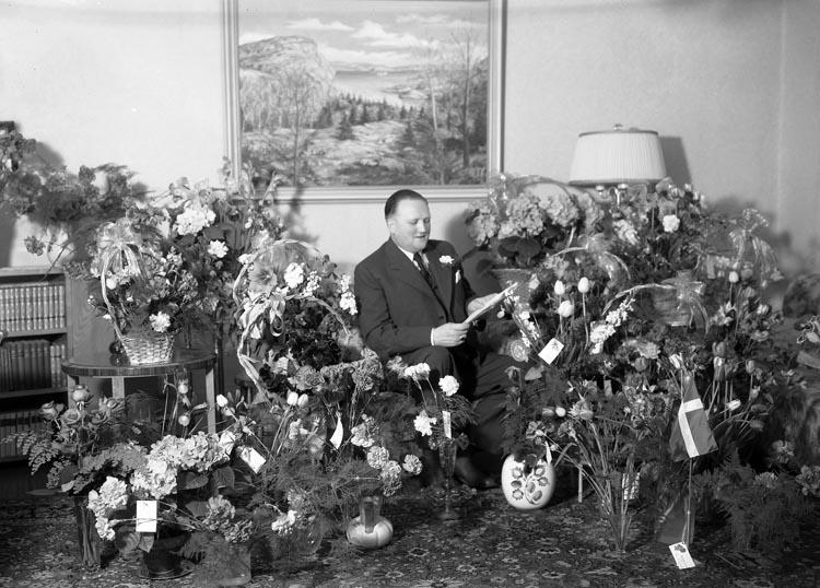 """Text som medföljde bilden: """"1953. Nr. 16. Gunnar Johansson Handelsf. 50 år. från Full..?""""  Uppgifter från Munkedals HBF: """"Gunnar var från Fulltaga. Han var föreståndare för Handelsmannaföreningens affär på Önnebacka. Flera perioder var han fullmäktiges ordförande. Han hjälpte även till i Munkedals folkbibliotek. Även känd som kyrkopolitiker""""."""