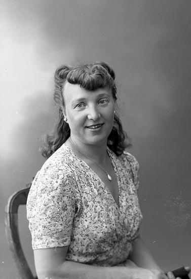 """Enligt fotografens journal nr 7 1944-1950: """"Forss, Fru Lembi adr. Fr. Maria Olsson Här""""."""