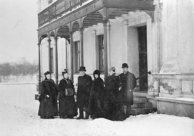 Samlade för fotografering utanför Villa Elfhög, familjen Nydqvists bostad i Trollhättan