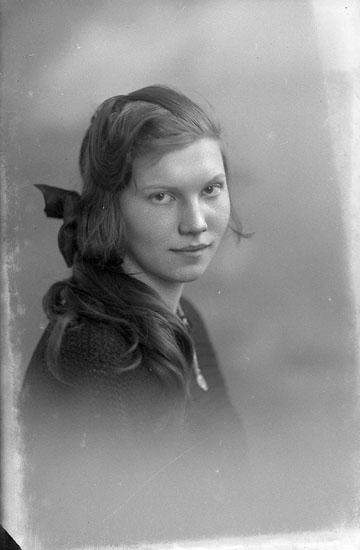 """Enligt fotografens journal Lyckorna 1909-1918: """"Johansson, Ellen Brattefors Ljungskile""""."""