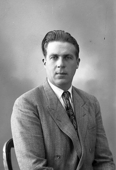 """Enligt fotografens journal nr 7 1944-1950: """"Johansson, Karl Nösnäs Här""""."""