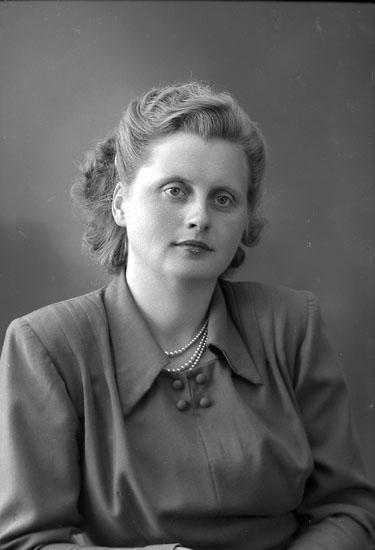 """Enligt fotografens journal nr 8 1951-1957: """"Gustafsson, Gertrud Släbo Kode""""."""