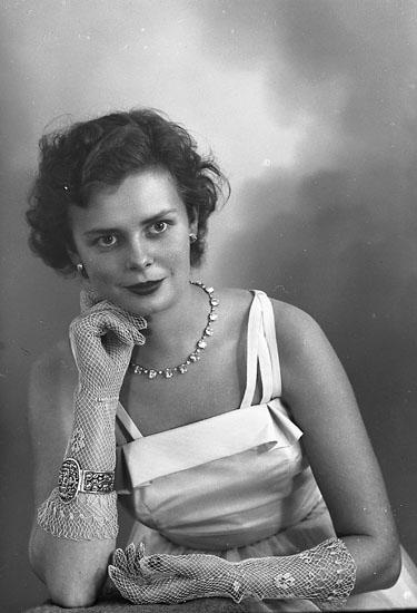 """Enligt fotografens journal nr 8 1951-1957: """"Arvidsson, Fr. Gun Britt Östertullgatan 10 Laholm""""."""