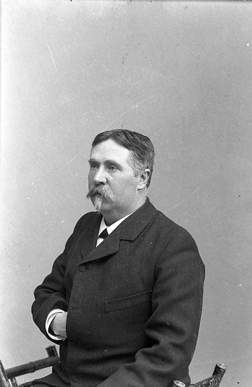 """Enligt fotografens journal nr 1 1904-1908: """"Tidholm, Doktor O. Jörlanda""""."""
