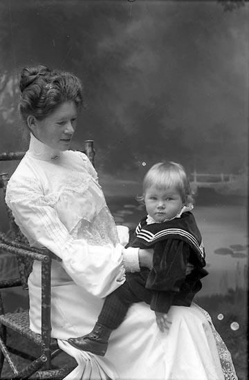 """Enligt fotografens journal nr 1 1904-1908: """"Waldenström Fru Ragnhild med Arne Stenungsund""""."""
